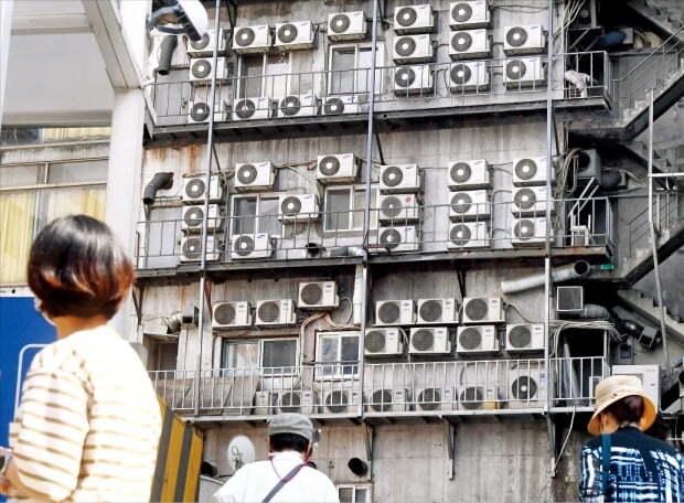 전국에 폭염 특보가 계속되는 가운데 지난주 전력예비율 10% 선이 무너지는 등 2011년 이후 10년 만에 블랙아웃(대규모 정전사태)이 재연하는 것 아니냐는 우려가 나오고 있다. 전력 수급 불안은 현 정부의 탈원전 정책과 무관하지 않다고 전문가들은 지적한다. 사진은 서울 중구의 한 건물에 에어컨 실외기가 빼곡히 설치된 모습.   한경DB