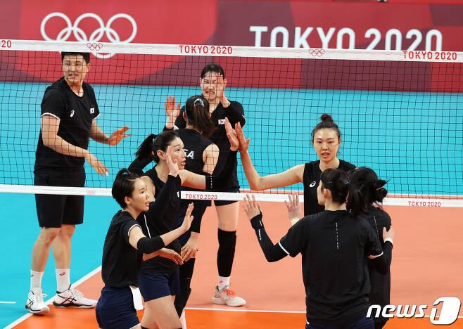 대한민국 여자배구대표팀 선수들이 21일 오후 일본 도쿄 아리아케 아레나에서 2020 도쿄올림픽 배구 예선 경기를 앞두고 훈련하고 있다. 2021.7.21/뉴스1 © News1 이재명 기자