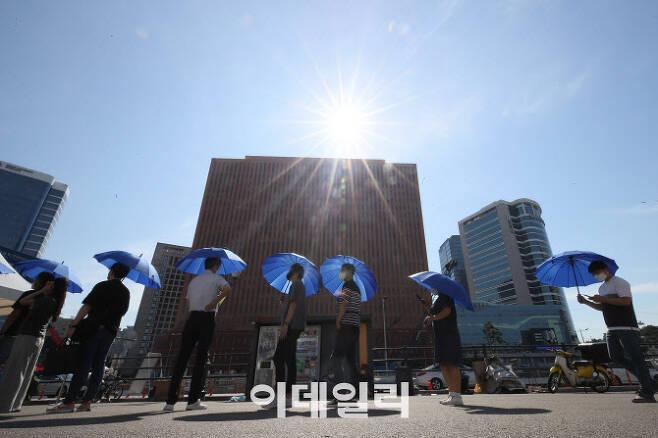 코로나19 신규 확진자 1842명으로 역대 최다 인원을 하루만에 갈아치운 22일 오전 서울역 코로나19 임시선별진료소에서 시민들이 검사를 기다리고 있다. (사진=이영훈 기자)