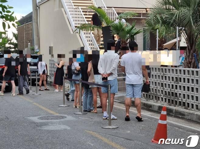 지난 17일 강원 양양에 위치한 한 서핑 카페에 입장하기 위해 젊은이들이 줄을 지어 대기하고 있다. 2021.7.22/뉴스1 윤왕근 기자