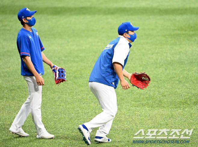 김현수와 이정후가 함께 수비훈련을 하고 있다. [고척=허상욱 기자]