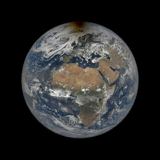 지난 달 10일 부분일식동안 촬영한 지구 사진이 공개됐다. (사진=NASA)