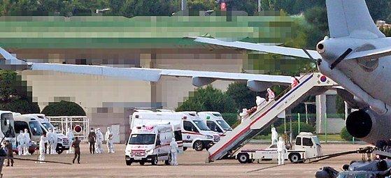 지난 20일 오후 서울공항에서 신종 코로나바이러스 감염증(코로나19) 집단감염으로 귀국한 청해부대 34진 문무대왕함(4400t급)의 장병들이 공군 다목적 공중급유수송기(KC-330)에서 내리고 있다. 연합뉴스