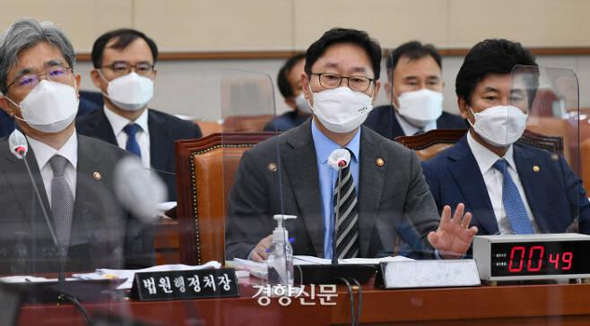 박범계 법무부 장관이 22일 국회에서 열린 법제사법위원회 전체회의에서 의원들의 질의에 답변하고 있다. 국회사진기자단