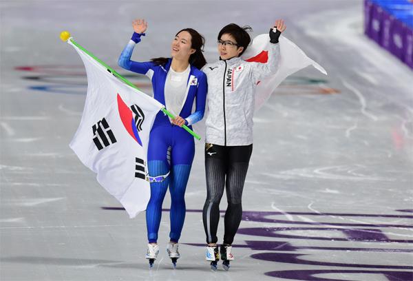 2018년 2월 평창동계올림픽 스피드스케이팅 500m 레이스 이후 서로 격려하고 있는 이상화(왼쪽)와 고다이라 나오.  [매경 DB]