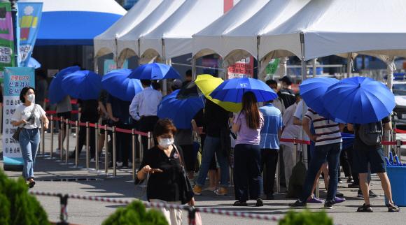 - 코로나19 신규 확진자 1842명으로 하루만에 역대 최다 인원을 갈아치운 22일 서울역 코로나19 임시선별진료소에서 시민들이 검사를 기다리고 있다. 2021. 7. 22 박윤슬 기자 seul@seoul.co.kr