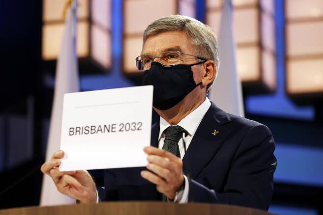 토마스 바흐 IOC 위원장이 21일 도쿄 오쿠라 호텔에서 열린 제138회 IOC 총회에서 2032년 올림픽 개최지로 브리즈번을 발표하고 있다. 도쿄ㅣ게티이미지 AP 연합뉴스