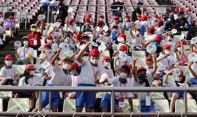 ▲ 태극기를 들고 한국 선수들을 응원하는 일본 어린이들. ⓒ연합뉴스