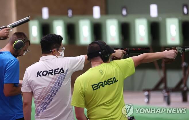 [올림픽] 진종오만 마스크를 쓰고 훈련하고 있다. [연합뉴스 자료사진]