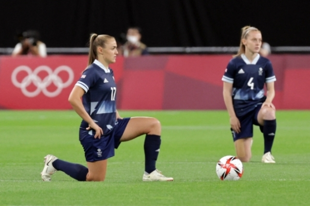 무릎 꿇기 세리머니를 선보인 영국 여자축구 대표 선수들. 연합뉴스