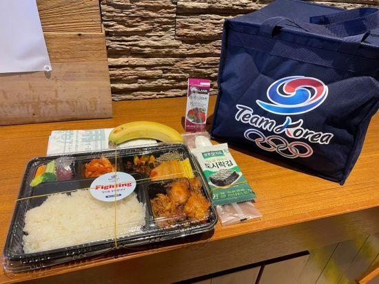 도쿄올림픽에 출전한 한국 선수단을 지원하는 대한체육회의 급식센터가 지난 20일 선수들에게 점심 도시락을 전달했다. [이미지출처=연합뉴스]