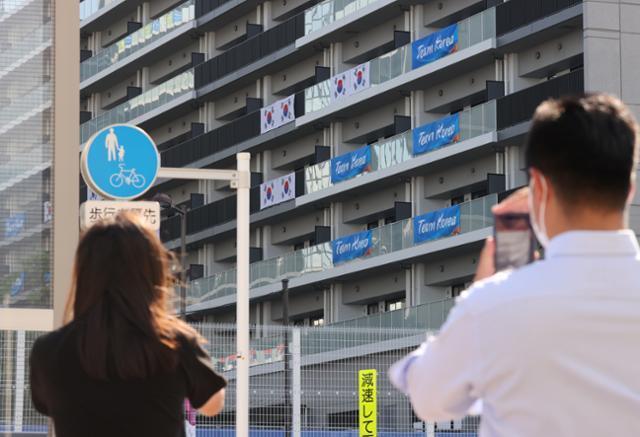 대한민국 올림픽 선수단 본진이 도쿄로 입성하는 19일 도쿄올림픽 대한민국 올림픽 선수촌 앞에서 일본 극우단체 회원들이 시위를 하고 있다. 도쿄=뉴스1