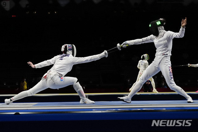 [지바=AP/뉴시스]2020 도쿄올림픽에 나선 펜싱 최인정(오른쪽). 2021.07.24.
