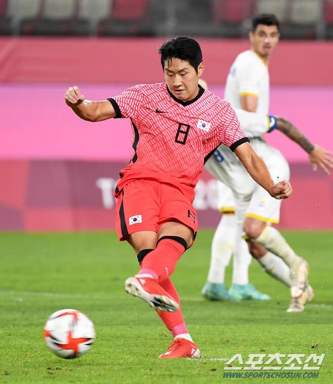 2020 도쿄올림픽 남자축구 조별리그 B조 2차전 대한민국과 루마니아의 경기가 25일 이바라키현 가시마 스타디움에서 열렸다. 한국 이강인이 세번째 골을 패널티킥으로 성공시키고 있다. 가시마=최문영 기자 deer@sportschosun.com /2021.07.25/