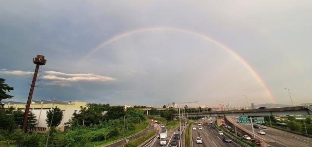 19일 서울 마포구에서 바라본 하늘에 쌍무지개가 떠 있다. 연합뉴스