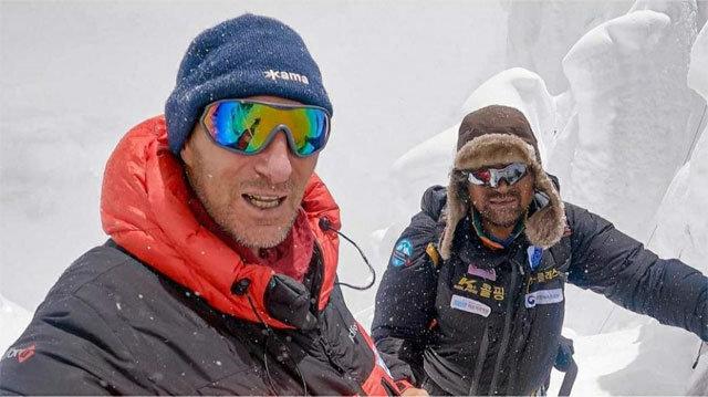 19일(현지 시간) 김홍빈 대장(오른쪽)이 실종되기 10분 전 러시아 산악인 비탈리 라조 씨와 함께 찍은 사진. 데스존프리라이드 인스타그램