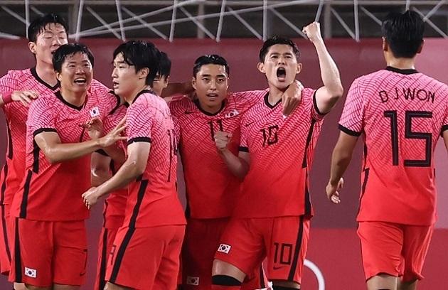 25일 오후 이바라키 가시마 스타디움에서 열린 도쿄올림픽 남자축구 조별리그 B조 2차전 대한민국 대 루마니아 경기 후반전에 추가골을 넣은 이동경(10)이 동료들과 함께 기뻐하고 있다. 연합뉴스