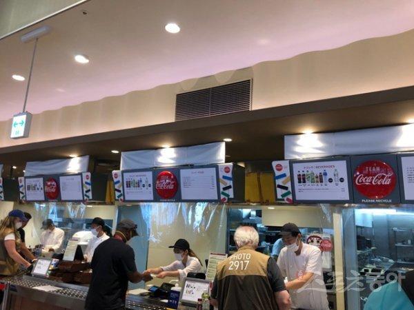 2020도쿄올림픽 메인프레스센터(MPC) 구내식당에서 각국 취재진들이 식사를 주문하고 있다. 도쿄 | 강산 기자