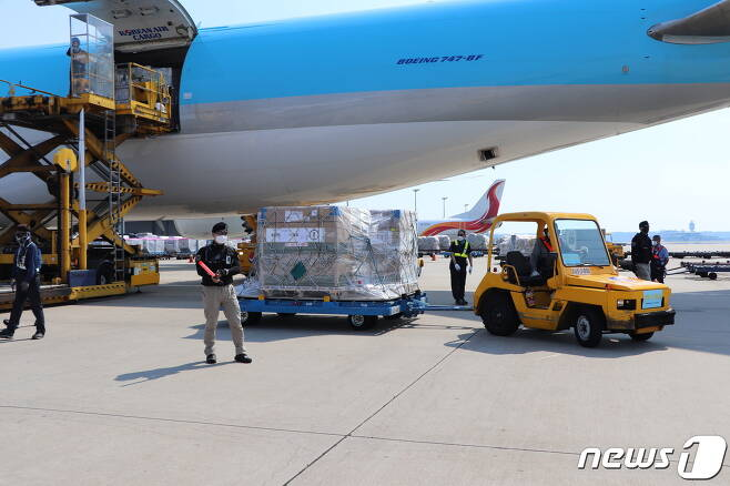 22일 오후 인천국제공항에서 군경 관계자들이 이날 공항에 도착한 코로나19 모더나 백신 직계약 물량을 수송하고 있다. (코로나19 백신수송지원본부 제공) 2021.7.22/뉴스1 © News1 김진환 기자