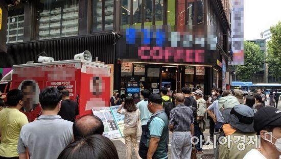 쥴리 벽화에 모여든 시민들. 벽화 그림에 대한 갈등으로 일대가 혼잡한 모습을 보이고 있다. 사진=한승곤 기자 hsg@asiae.co.kr