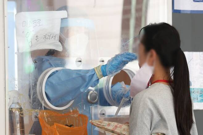 코로나19 신규 확진자 1896명으로 역대 최다 인원을 엿새만에 갈아치운 28일 오전 서울역 코로나19 임시선별진료소에서 한 시민이 검사를 받고 있다. (사진=이데일리 DB)