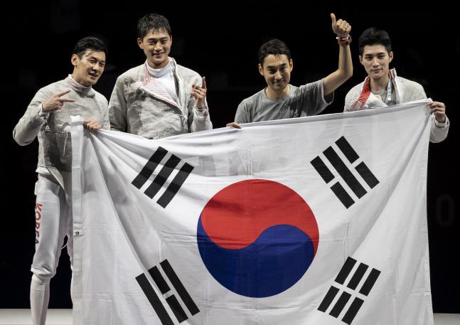 28일 일본 지바의 마쿠하리 메세에서 열린 도쿄올림픽 남자 펜싱 사브르 단체전 이탈리아와의 결승전에서 승리한 뒤 선수들이 태극기를 펼친 채 기념촬영을 하고 있다. 2021.7.28. 연합뉴스