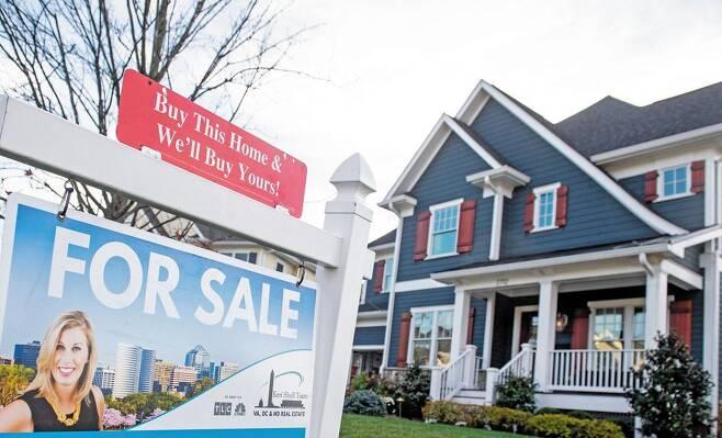 주요국 집값이 동반 급등하면서 각국 정부가 대책 마련에 고민하고 있다. 27일 발표된 5월 전미(全美) 주택가격지수는 16.6% 올라 집계를 시작한 1987년 이후 가장 높은 상승률을 기록했다. 미국 버지니아주 알링턴의 한 주택 앞에 '판매 중(For Sale)' 팻말이 세워져 있다. /AFP연합