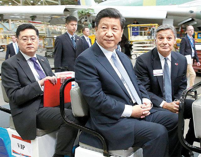 2015년 시진핑 중국 국가주석(가운데)이 미국 워싱턴주 에버렛에 있는 보잉 공장을 방문했을 당시 중국 외교부 의전국장이었던 친강 주미 중국대사(왼쪽)가 시 주석 뒤에 앉아 수행하고 있다. 워싱턴=AP 뉴시스