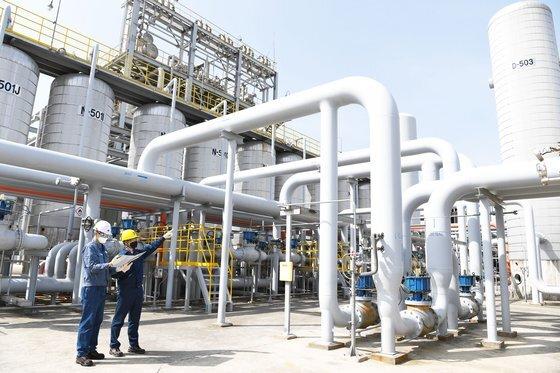 에쓰오일 관계자들이 이산화탄소가 포함된 부생가스를 공급하는 배관 설비를 점검하는 모습. [사진 에쓰오일]