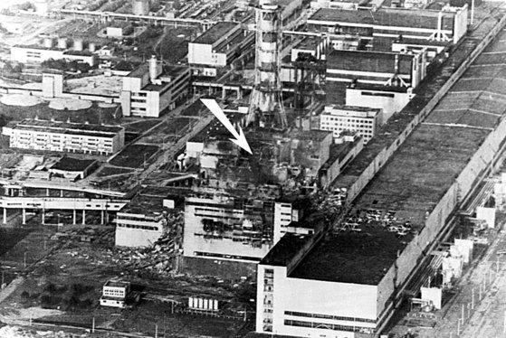 1986년 4월 26일 발생한 체르노빌 원전 사고는 독일의 탈원전 정책에 큰 영향을 미쳤다. 이후 독일은 녹색당이 연정에 참여하면서 탈원전 행보를 시작했고, 후쿠시마 사고 이후 급격한 탈원전에 나섰다. 사진은 1986년 5월 9일에 촬영된 체르노빌 원전. 화살표는 사고 지점을 가리킨다. 중앙포토