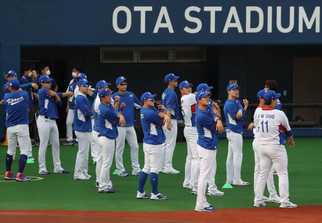 도쿄올림픽에 출전하는 야구대표팀이 27일 일본 도쿄 오타스타디움에서 훈련을 하고 있다.  [사진 출처 = 연합뉴스]