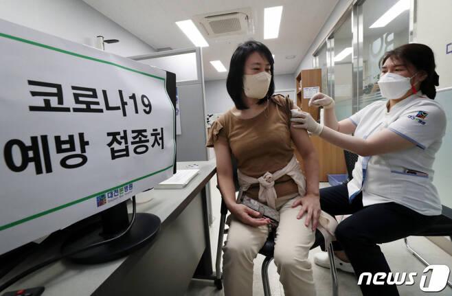 (대전=뉴스1) 김기태 기자 = 26일 대전 유성구에 위치한 신종 코로나바이러스 감염증(코로나19) 백신 위탁의료기관에서 시민들이 모더나 백신을 접종받고 있다. 이날부터 55세이상 59세 이하까지 백신접종이 시작됐다. 2021.7.26/뉴스1