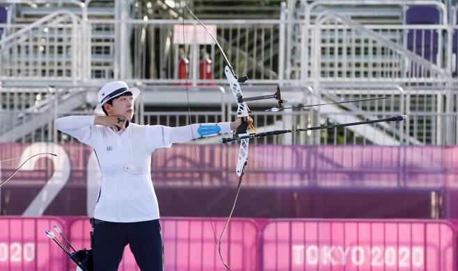 대한민국 양궁 대표팀 안산이 25일 오후 일본 도쿄 유메노시마 양궁장에서 열린 2020 도쿄올림픽 양궁 여자단체 결승전에서 활을 쏘고 있다/사진=뉴시스
