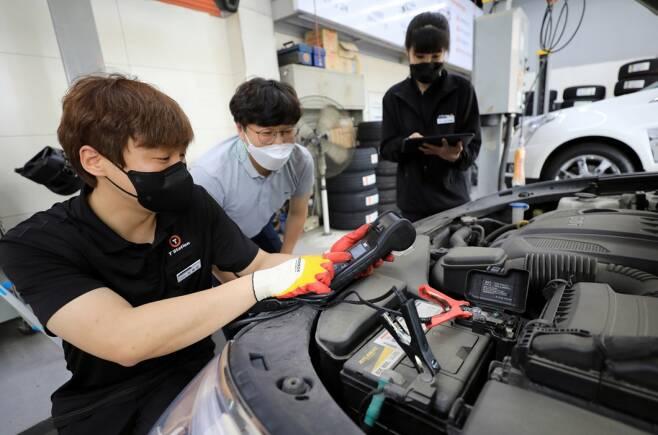 차량용 배터리 안전 점검하는 모습/사진제공=한국타이어