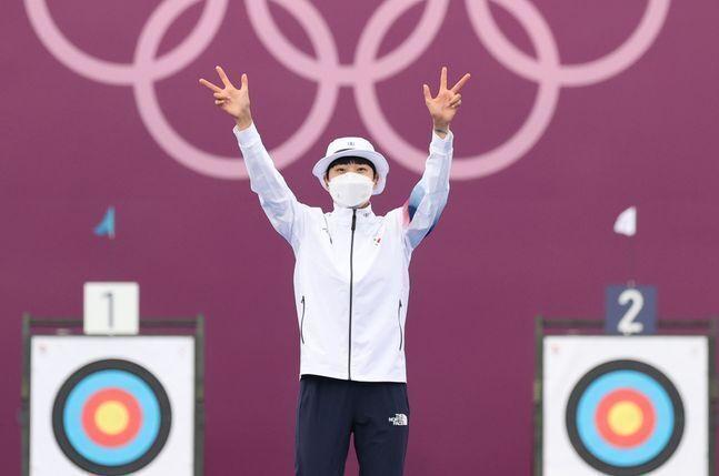 대한민국 양궁 대표팀 안산이 지난 30일 일본 도쿄 유메노시마 양궁장에서 열린 2020 도쿄올림픽 양궁 여자 개인전 시상식에서 3관왕을 표시하며 기뻐하고 있다. ⓒ 뉴시스