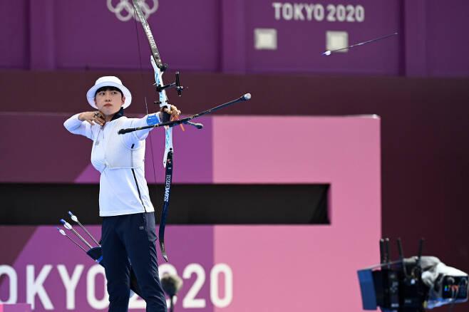 안산이 30일 일본 도쿄의 유메노시마공원 양궁장에서 열린 2020 도쿄올림픽 양궁 여자 개인 결승에서 과녁을 향해 활시위를 당기고 있다. 안산은 혼성단체전, 여자단체전에 이어 개인에서도 금메달을 차지하며 사상 첫 올림픽 여자 양궁 3관왕이 됐다. [한주형 기자]