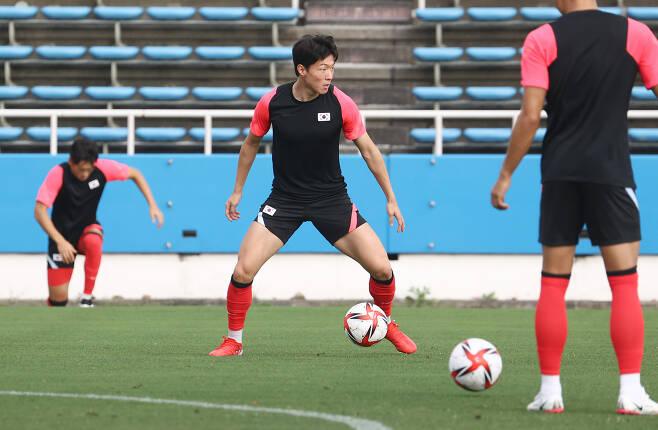 도쿄올림픽 남자 축구 멕시코의 8강전을 하루 앞둔 지난 30일 한국 황의조 등 선수들이 요코하마 미쭈자와 훈련장에서 훈련을 하고 있다. [연합]