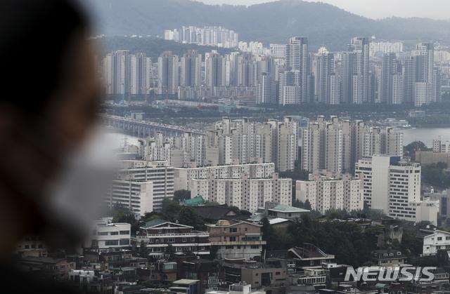 [서울=뉴시스]정병혁 기자 = KB국민은행 월간 주택가격 동향 시계열 통계에 따르면 올 해 상반기 전국 아파트 값이 9.97% 상승해 지난해 연간 상승률인 9.65%를 추월한 것으로 나타났다. 수도권 아파트값도 12.97%올라 19년 만에 최고 상승률을 보였다. 상반기 전국 아파트 전세값도 5.54% 상승해 2011년 이후 10년 만에 최고를 기록했다. 사진은 4일 서울 중구 남산에서 바라본 서울시내 아파트 단지의 모습. 2021.07.04. jhope@newsis.com