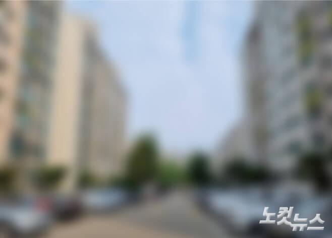 지난 6월 60대 부부가 숨진 채 발견된 경기 시흥 한 아파트단지. 정성욱 기자