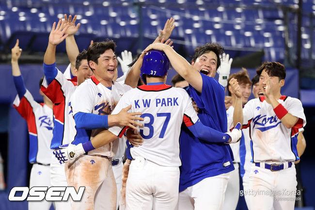 [사진] 이스라엘전에 끝내기 승리를 거둔 한국 야구대표팀 선수들이 기뻐하고 있다. 2021.07.29 ⓒGettyimages(무단전재 및 재배포 금지)