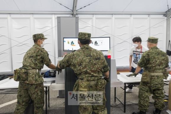 일본 자위대가 도쿄올림픽 태권도 경기가 열린 지바 미쿠하리 메세홀에서 취재진을 검문하는 모습. 지바 류재민 기자 phoem@seoul.co.kr