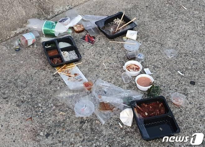 31일 낫개방파제 한가운데에 버려진 플라스틱 쓰레기들.2021.7.31/© 뉴스1 노경민 기자