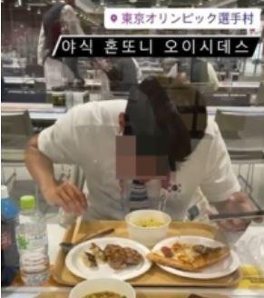 지난 27일 일본 선수촌 식당에서 야식을 먹은 사진을 일본 SNS에 올려 현지에서 화제를 모은 한국 관계자. (SNS 갈무리) © 뉴스1