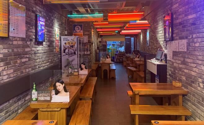 올림픽 경기가 한창이던 7월 31일 저녁 서울 을지로의 호프집이 텅 비어 있다.