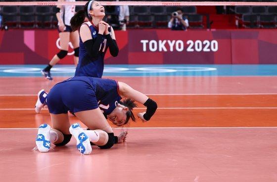 31일 일본 아리아케 아레나에서 열린 도쿄올림픽 여자 배구 A조 조별리그 한국과 일본의 경기에서 한국이 득점하자 김연경이 기뻐하고 있다. 연합뉴스