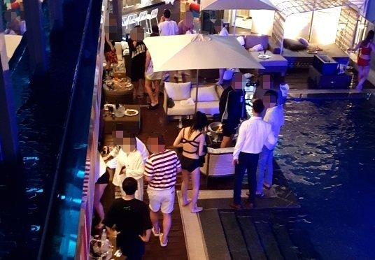 지난달 31일 오후 강원 강릉시의 한 호텔에서 수십 명이 참가한 풀 파티가 진행되고 있는 모습. [사진 강릉시]