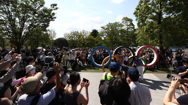 도쿄올림픽 개막일인 7월 23일 일본 도쿄 올림픽스타디움 앞 광장이 인파로 붐비고 있다. 〈도쿄=연합뉴스〉