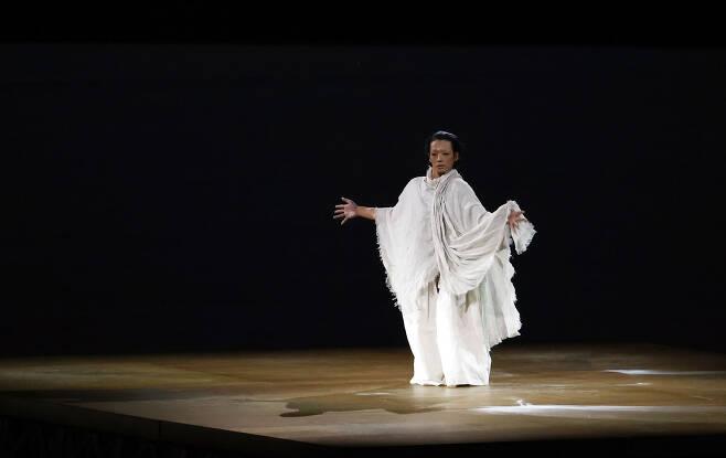 7월 23일 일본 도쿄 신주쿠 국립경기장에서 열린 2020 도쿄올림픽 개막식의 한 장면. 코로나19로 희생된 사람 등을 위한 진혼, 추모의 의미를 담고 있다. 〈도쿄=연합뉴스〉