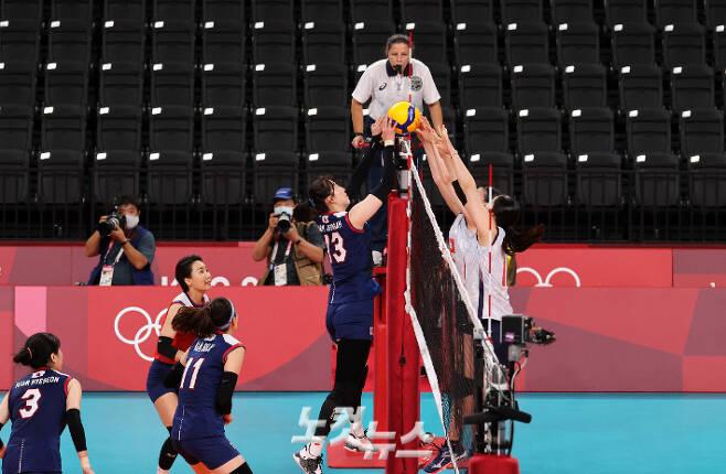 박정아가 31일 일본 도쿄 아리아케 아레나에서 열린 2020 도쿄올림픽 여자 배구 A조 4차전 일본과 경기에서 5세트 승부를 결정짓는 밀어넣기 공격을 하고 있다. 올림픽사진공동취재단