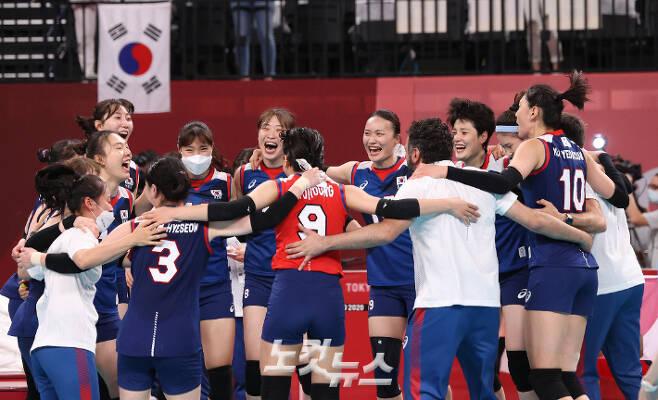 '원 팀은 한국 여자 배구의 힘' 여자배구 대표팀이 7월 31일 일본 도쿄 아리아케 아레나에서 열린 2020 도쿄올림픽 여자 배구 A조 4차전 일본과 경기에서 승리를 결정 지은 뒤 원을 그리며 환호하고 있다. 올림픽사진공동취재단